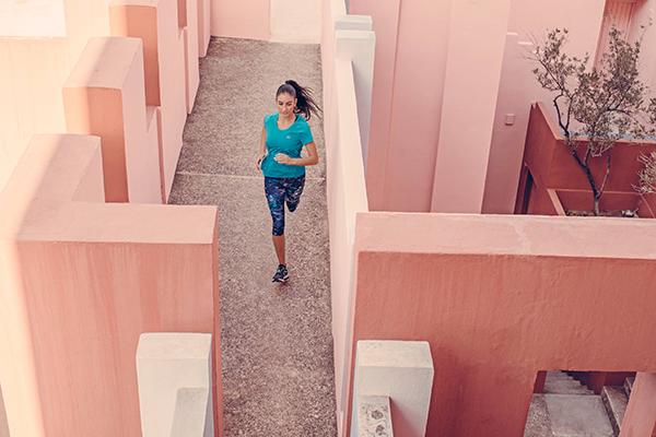 Descubre nuevos rincones durante tu entrenamiento con la camiseta de  jogging Run Dry de Kalenji. 953d7c2fa8523