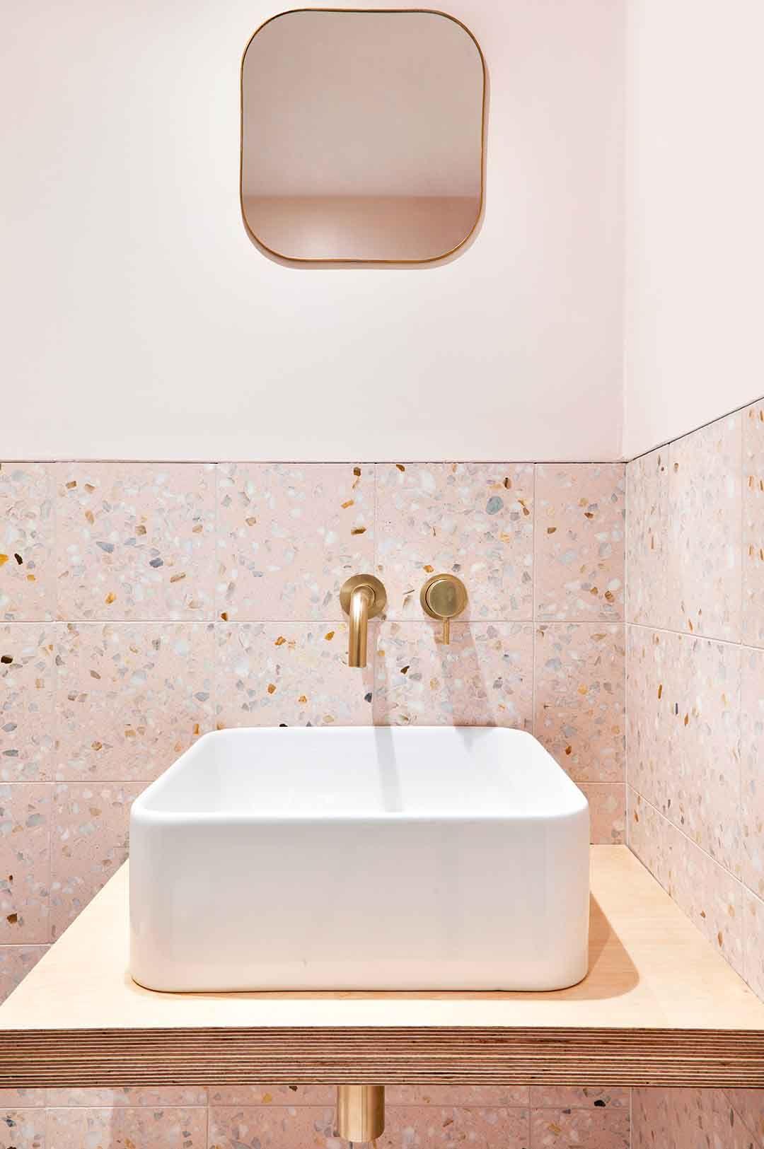 Dans la salle de bains le rose poudré s\'associe au #terrazzo ...