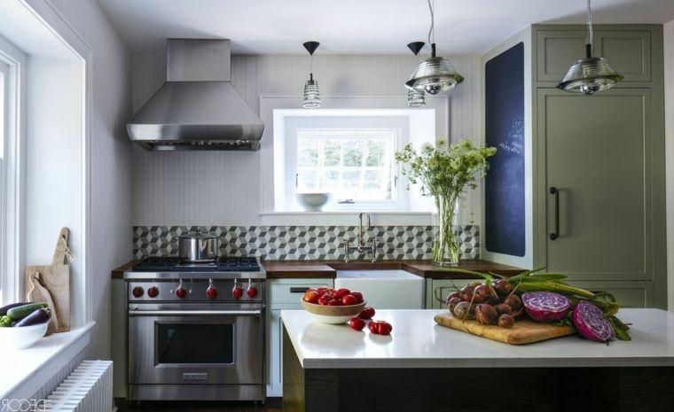 Cucina moderna con isola centrale e top di colore bianco, lampade a ...