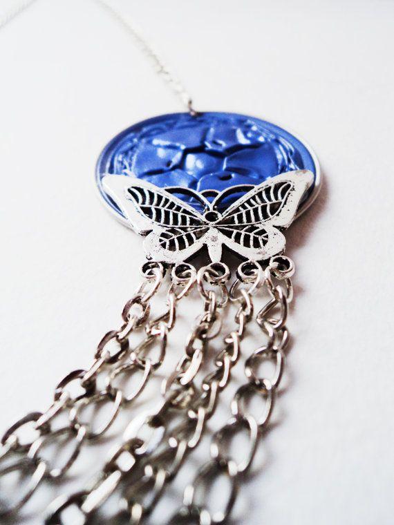 A nyaklánc a maga egyszerűségével nagyon elegáns és mutatós. Ez a fajta nyaklánc inggel felvéve nagyon jól mutat.