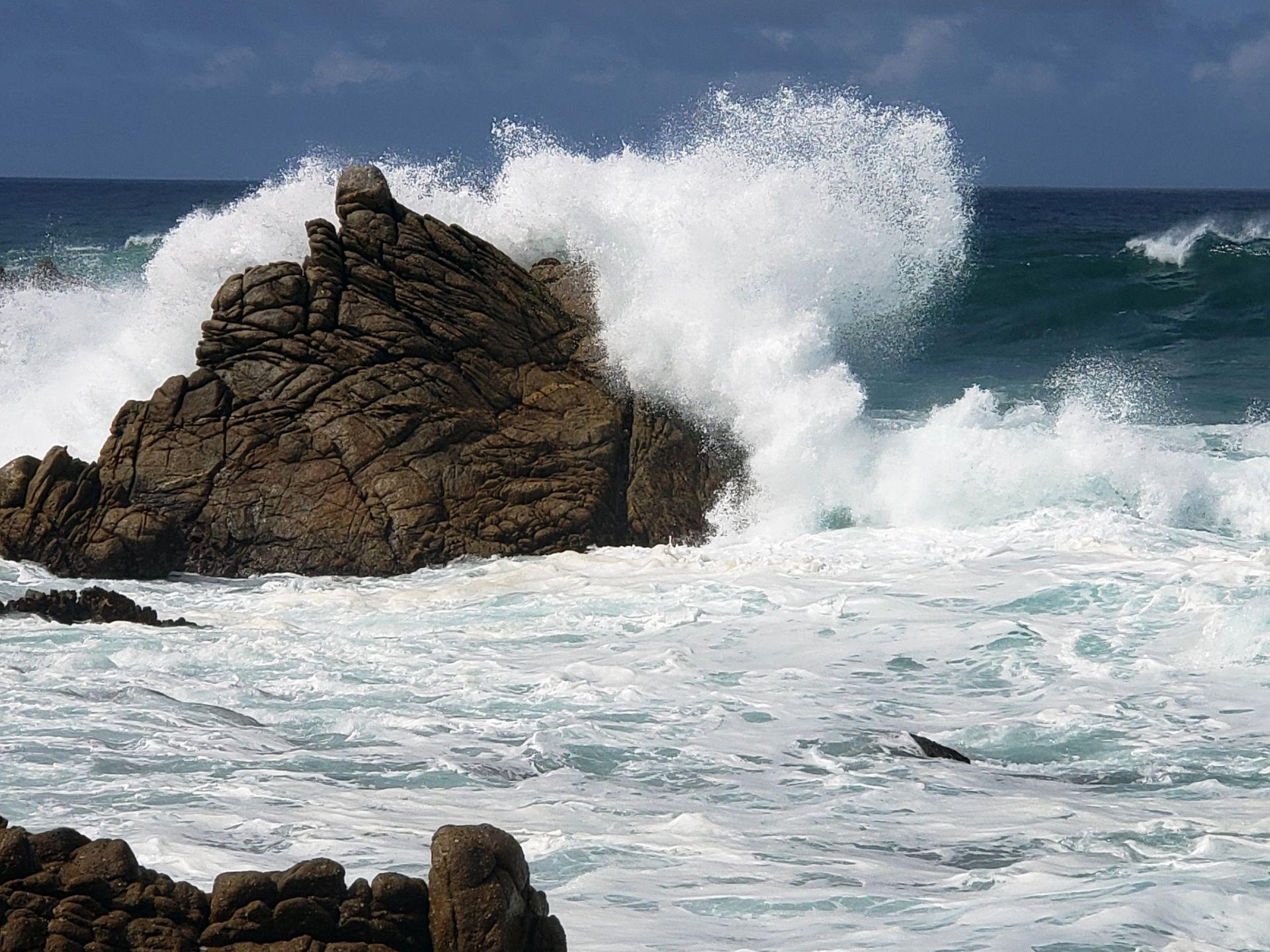 Contea Di Honolulu Hawaii wave breaking over rock free stock photo | beach photos