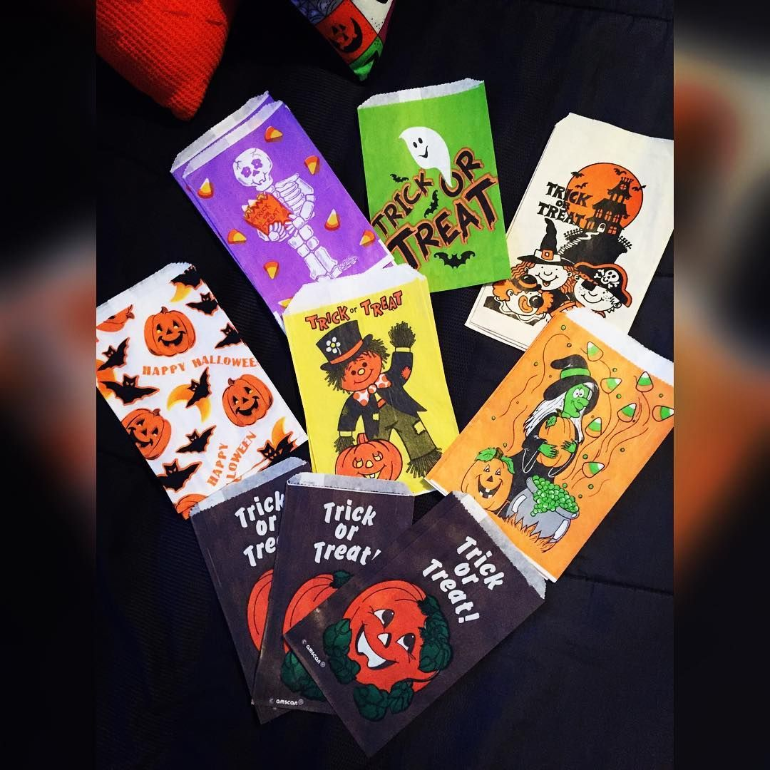 Who remembers these vintage treat bags? Many elementary school memories flood back to me when looking at them... Especially the skeleton ones. Can't wait to frame these! They're very hard to get ahold of now for some reason. 👻🕸🎃💀🔮🍫🍬🍭 #halloween #vintage #vintagehalloween #treatbags #halloweeniseveryday #everydayishalloween #halloweentreatbags #👻 #🎃 #🔮 #💀 #🕸 #spooky #vintagelove #trickortreat.