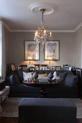 Kjersti Hermez har få hvite vegger. Den dype sofaen er fra Scapa Home, mens bordet er kjøpt på Finn.no.