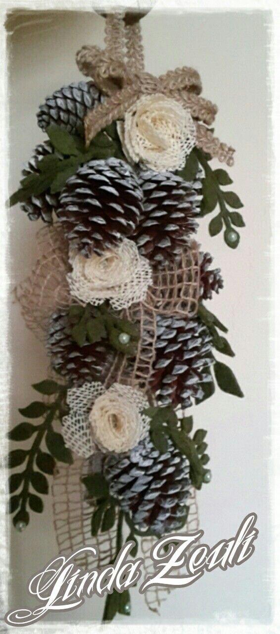 Fuoriporta con rametto di pigne nastri e decorazioni di foglie ...