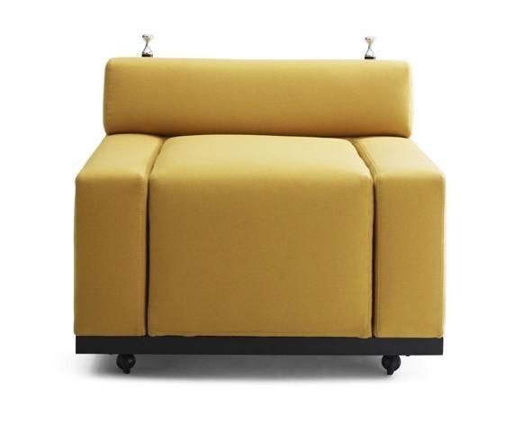 Meritalia, poltrona Cubo, design Achille e Pier Giacomo Castiglioni (progetto inedito); seduta in poliuretano flessibile a differenti densità.