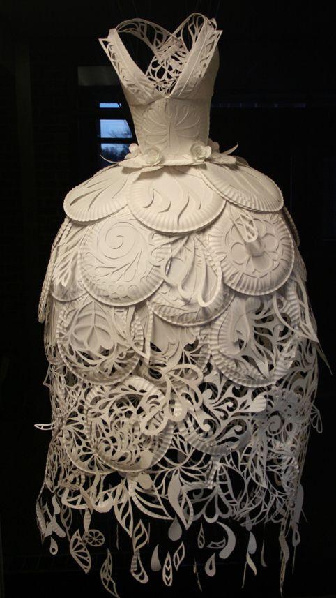 36e6b6e52543 Ali Ciatti - paper plate dress- Transformation-Détournement de l objet -  utilisation d assiette en carton pour illustrer et concevoir un vêtement  Mehr