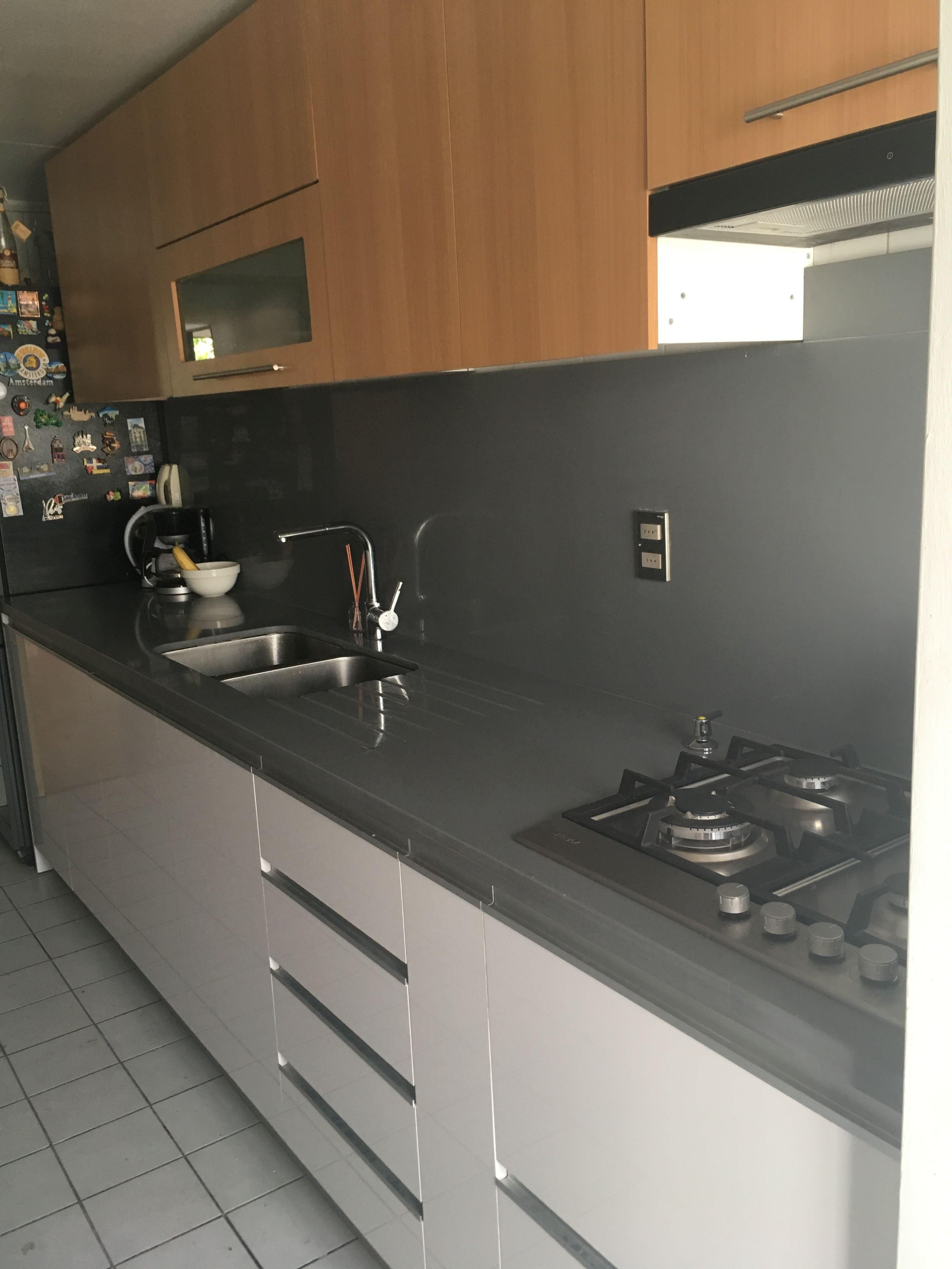 Cocina blanca granito gris muebles color coigue cocina for Color credence cocina blanca