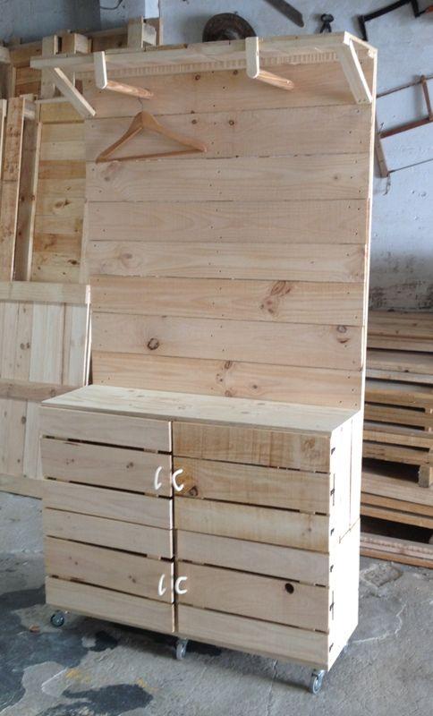 Mueble recibidor hecho con cajas de fruta y palets