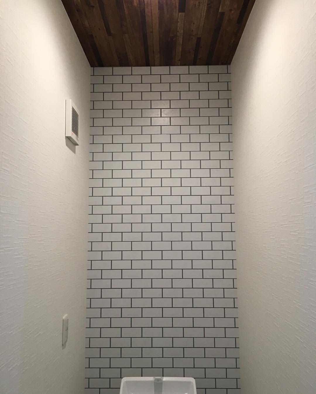 サブウェイタイル調の壁紙をアクセントに トイレ 壁紙 天井 木目調 サンゲツ Fe 9634 サブウェイタイル シンコール 9453 メイン 石目調 サンゲツ Shinonostyle サブウェイタイル トイレ インテリア サンゲツ