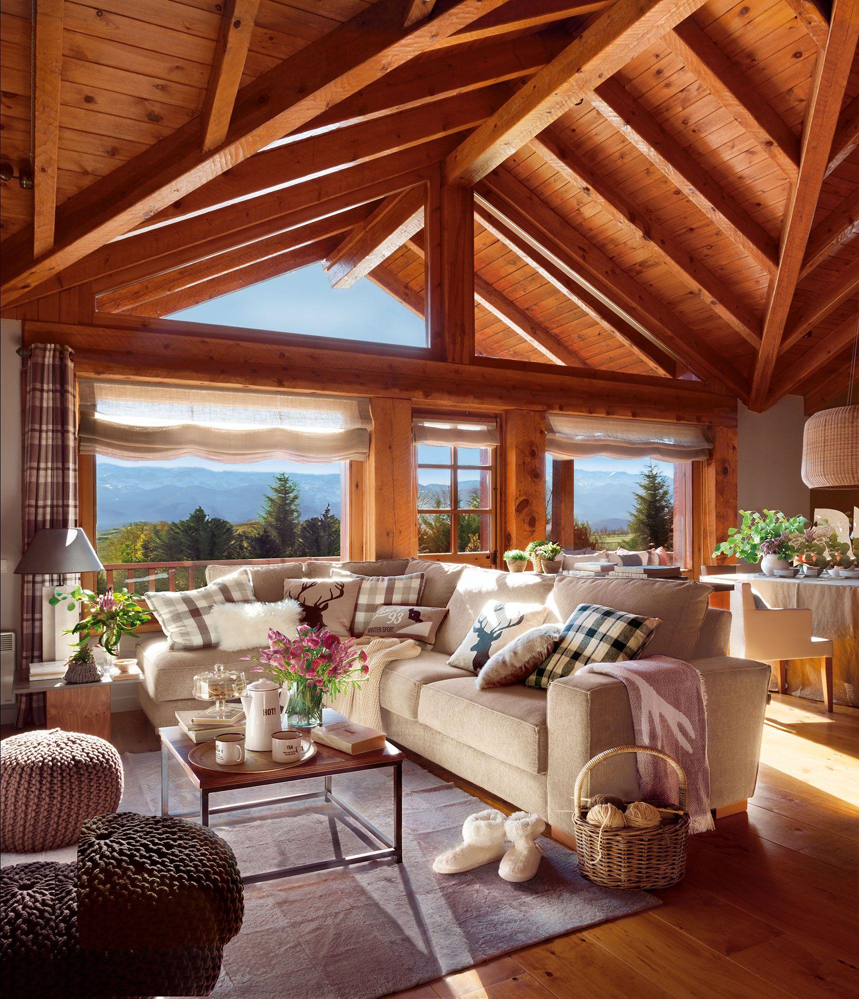 Sal n r stico con vigas de madera y gran ventanal al for Vigas de madera para jardin