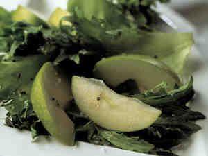 Vihreä omenasalaatti ja kastike