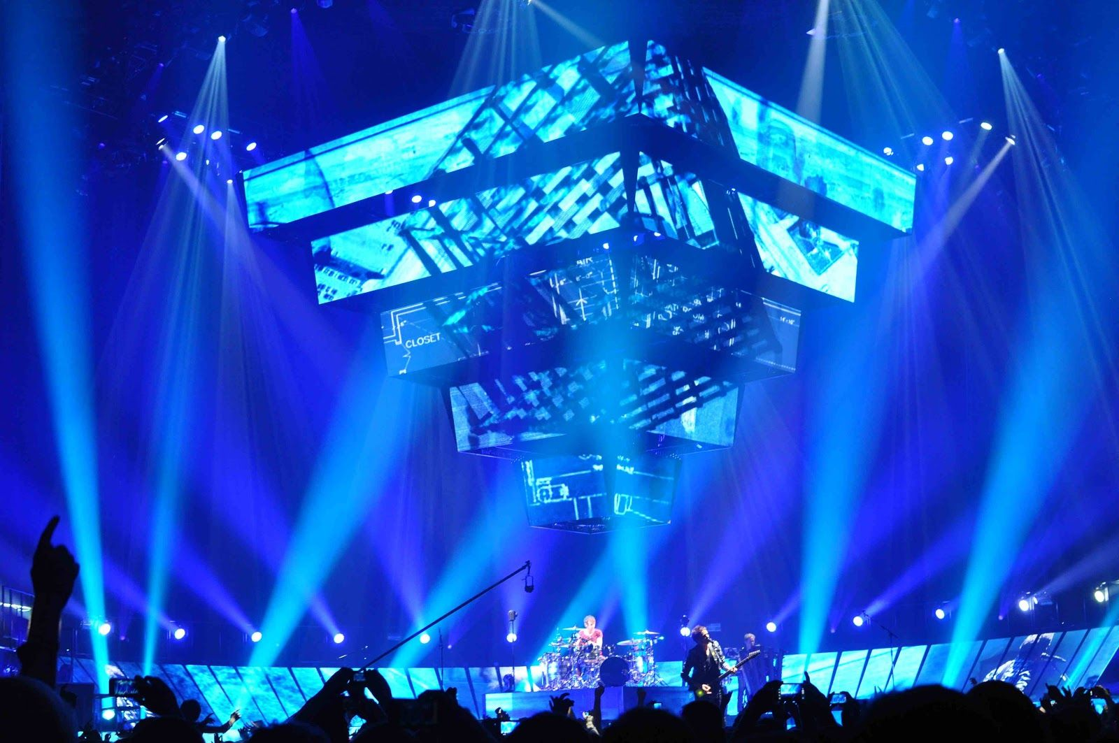 Brilliant Stages Suspended Pyramid With Led Panels In 2020 Online Event Live Set Muse Live