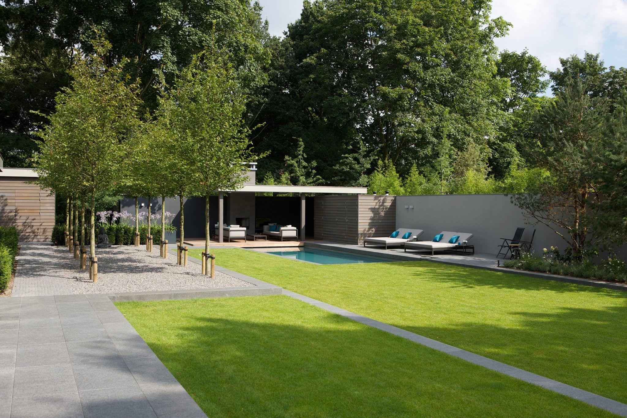 Ruimtelijke minimalistische tuin met gras zwembad en overkapping moderne tuin pinterest - Tuin met zwembad design ...
