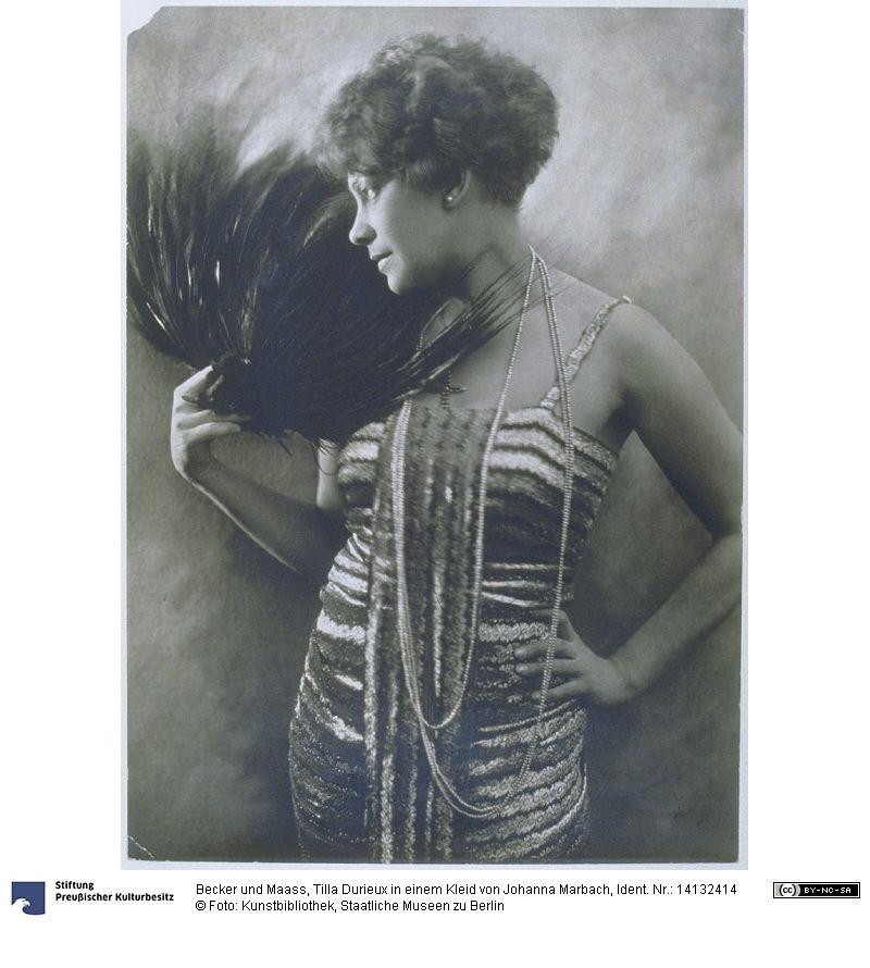 Tilla Durieux in einem Kleid von Johanna Marbach, 1921