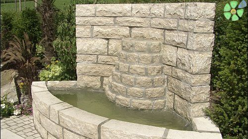 Mediterraner Traumgarten Ein Hoch Gemauerter Runder Brunnen Mit Sitzrand Toskana Zypresse Brunnen Garten