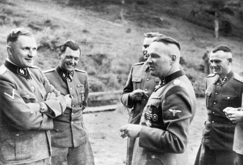 Rudolf Hess con el Dr. Josef Mengele (Doctor de la muerte en Auschwitz) y otros oficiales de la SS en una finca cerca de Auschwitz