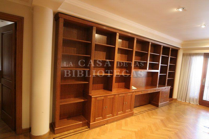 Biblioteca en madera con escritorio bibliotecas con for Muebles para libros modernos