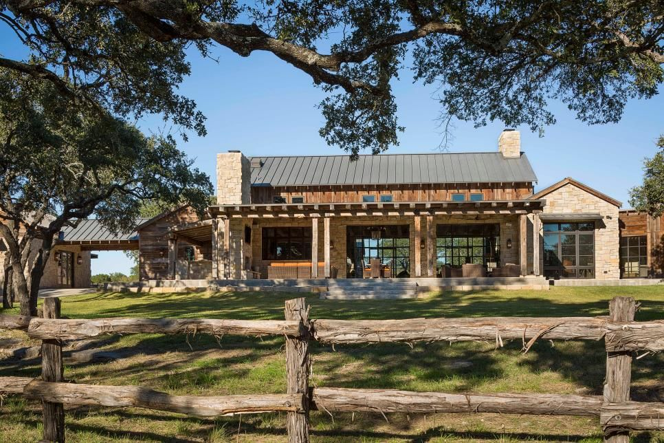 This Austin Ranch House Epitomizes Rustic Style Indoors And Out Interconnected Barn Like Structures H Ranch House Designs Hill Country Homes Ranch House Plans