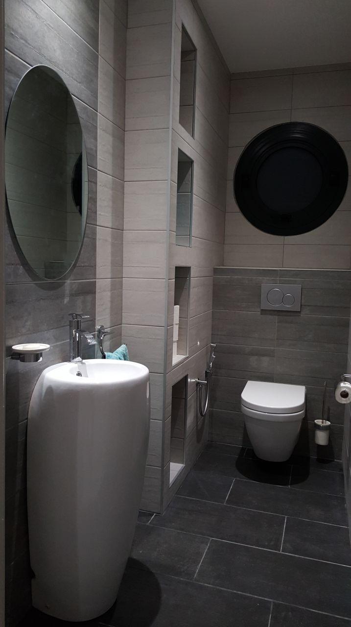 Casser Carrelage Salle De Bain wc rdc avec faïences 2 tons posées à la verticale pour