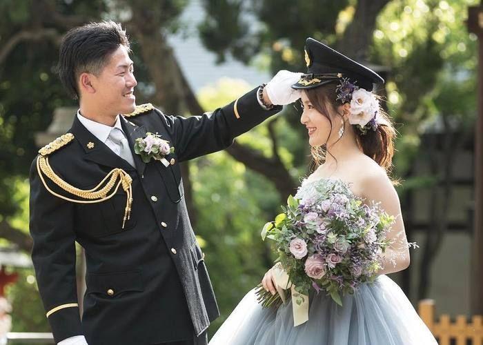 警察官 消防士 自衛隊の旦那さんを持つ花嫁さん限定 制帽 を頭に乗せてもらう写真を撮りたい 画像あり ウェディングフォト 結婚式 動画 ウェディング ロゼット