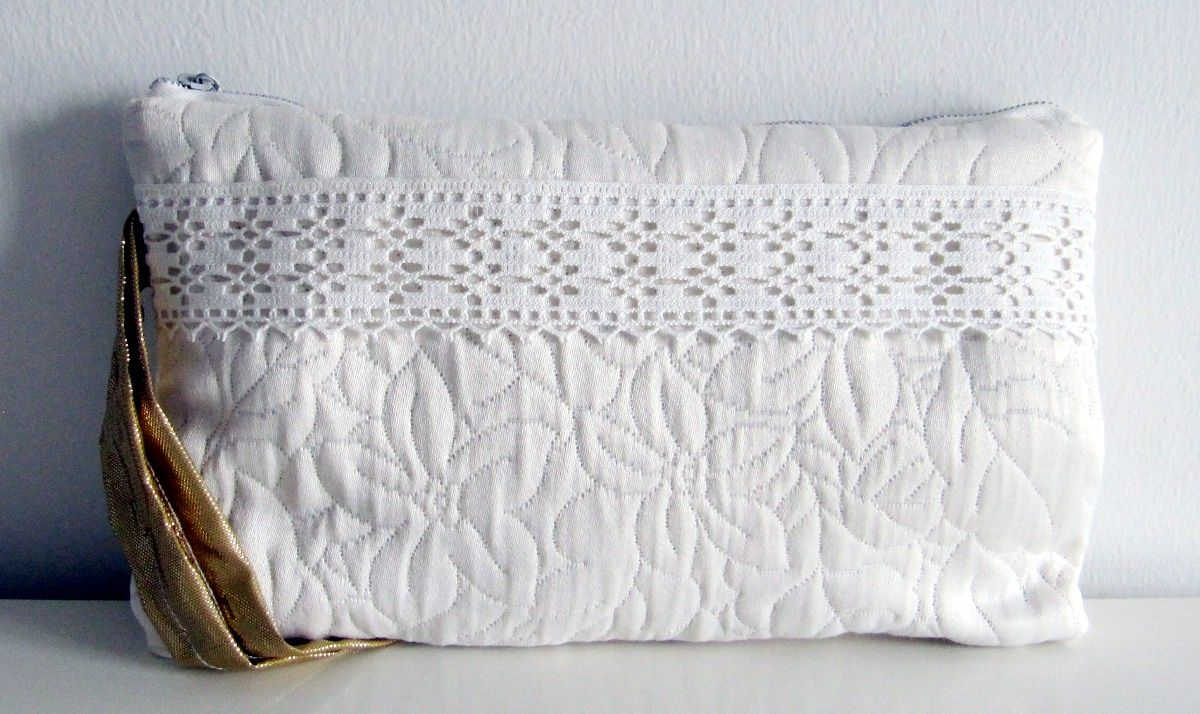 White clutch bag with lace and golden details (07/2012)