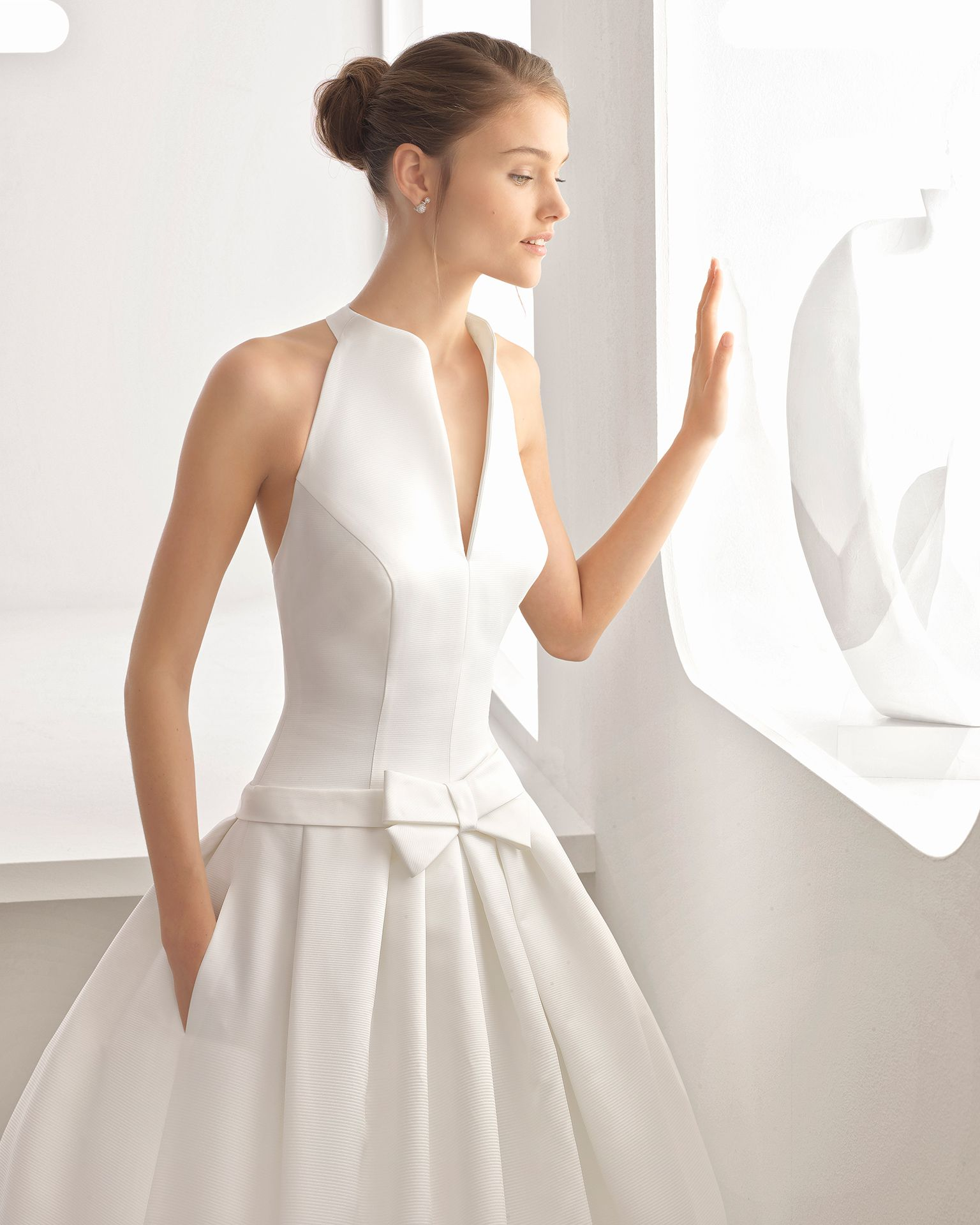cd9e90f76 Vestido de novia estilo clásico en ottoman con escote camisero. Colección  2018 Rosa Clará.