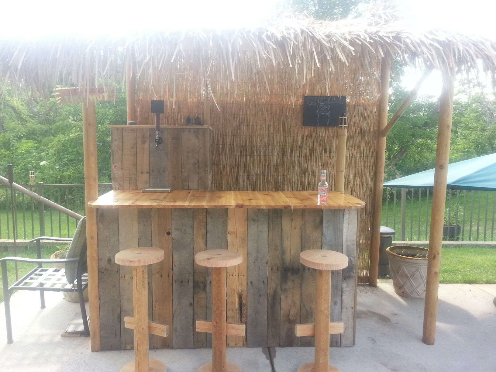 Bar made from pallets google search outdoors for How to make a tiki bar with pallets