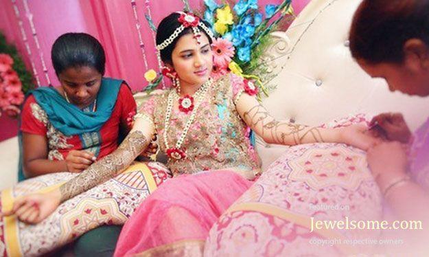 I Mehndi Flower Jewelry : Bride in fresh flower jewellery during mehndi function mehendi