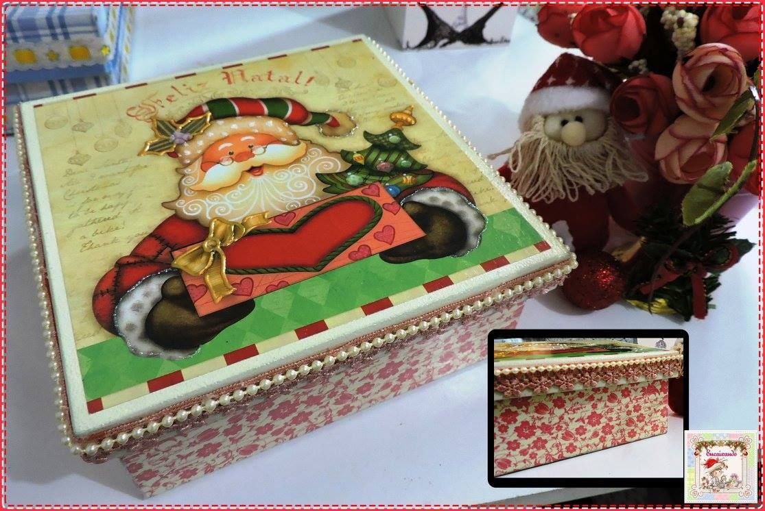 Caixa para presente  Caixa de MDF decorada com adesivos e detalhes em renda e cordão de pérolas. Tamanho: 6,5 cm de altura e 16 cm de profundidade.  Disponibilidade: Sob encomenda