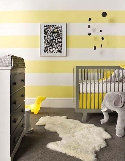 Chambre bébé jaune en bandes ou juste jaune sur le tiers haut ou le ...