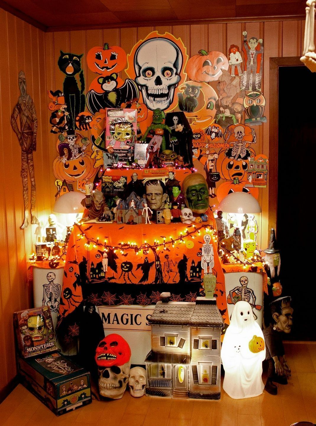 Vintage Halloween Decor With Toys Ornaments Ideas 13 Inspira Spaces Retro Halloween Vintage Halloween Vintage Halloween Decorations