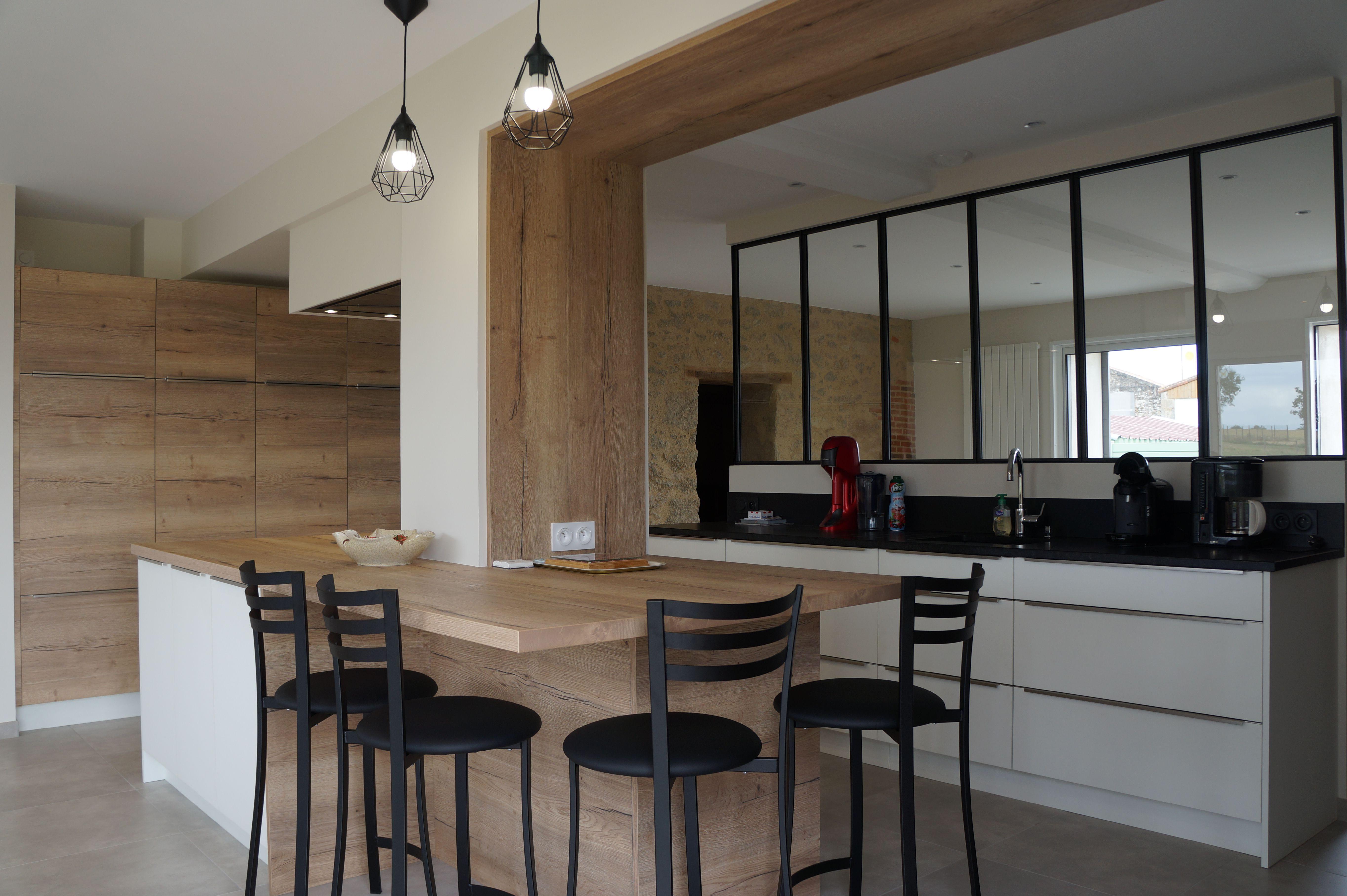 Jolie cuisine blanche et bois clair, avec verrière de séparation