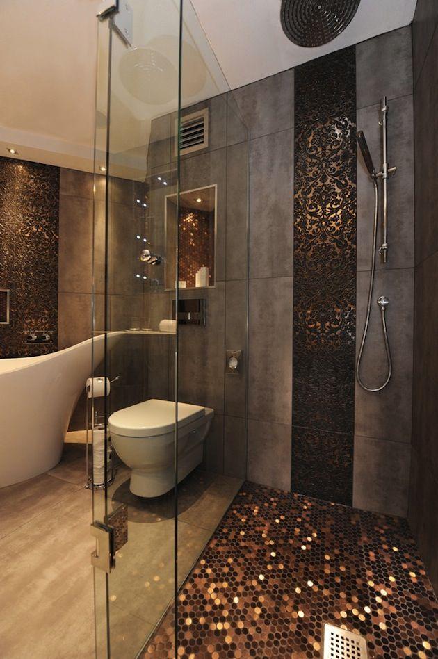 Modernes Bad Mit Schimmernden Mosaikfliesen. Warme Atmosphäre Und Schönes  Design.