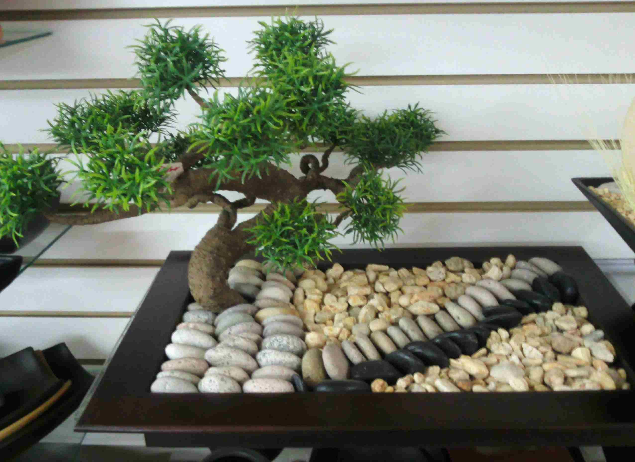 Arreglo en base de madera con bonsai artificial y decorado for Piedra artificial decorativa