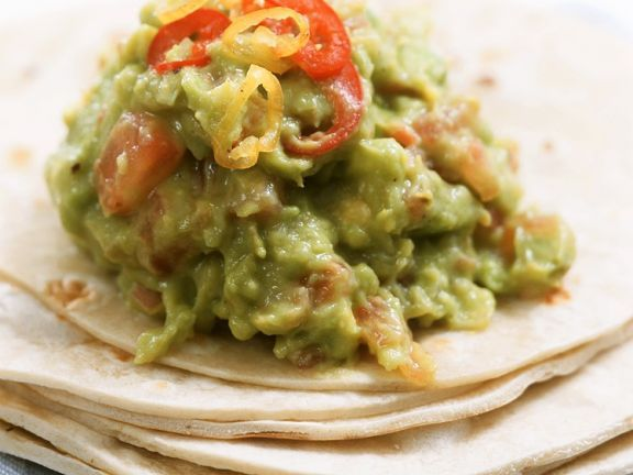 Guacamole mit Tortillafladen ist ein Rezept mit frischen Zutaten aus der Kategorie Dips. Probieren Sie dieses und weitere Rezepte von EAT SMARTER!