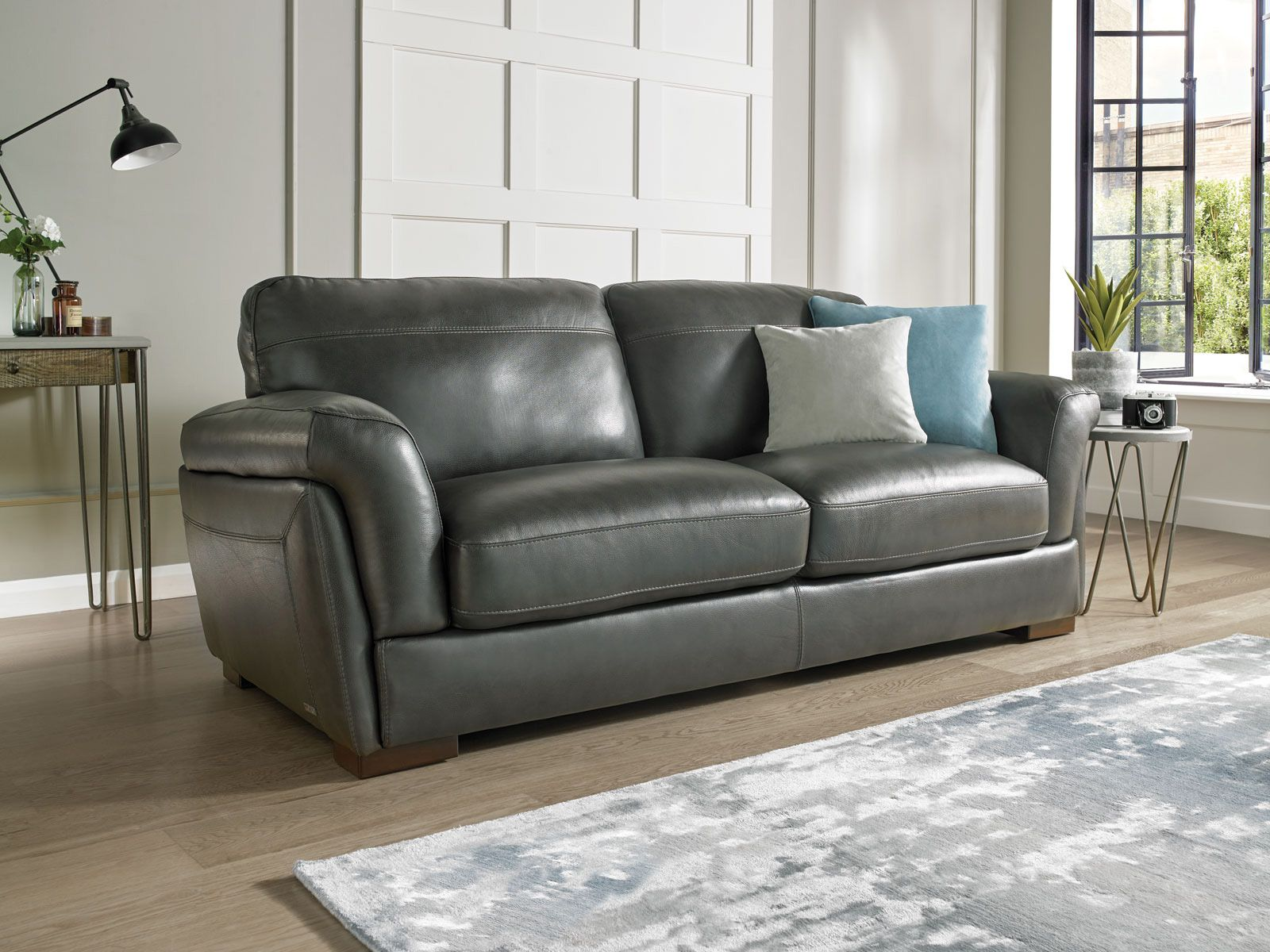 Lovely Sumptuous And Stylish Leather Sofa With Padded Arm Cushions And Contrast  Stitching Detail.