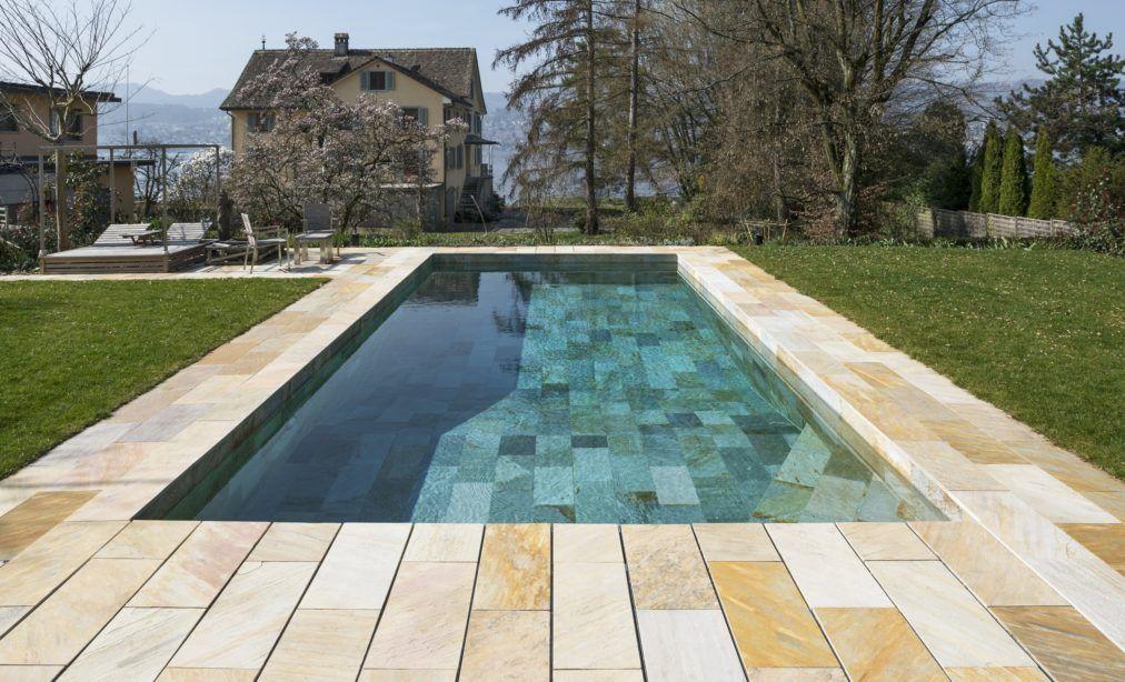 Beim naturstein dieser gartenanlage mit pool handelt es sich um brasilianischen multicolor - Naturstein pool ...