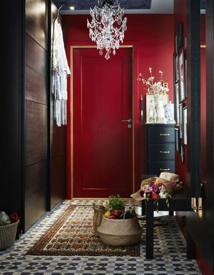 decoration couloir long et etroit en rouge et noir ...