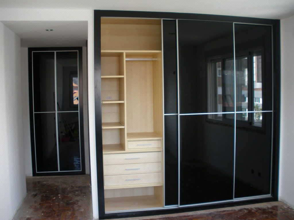 Closet con interior en madera color flor morado y puertas for Closet modernos armables