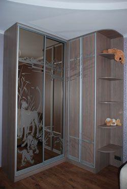 Угловой встроенный шкаф-купе в спальню
