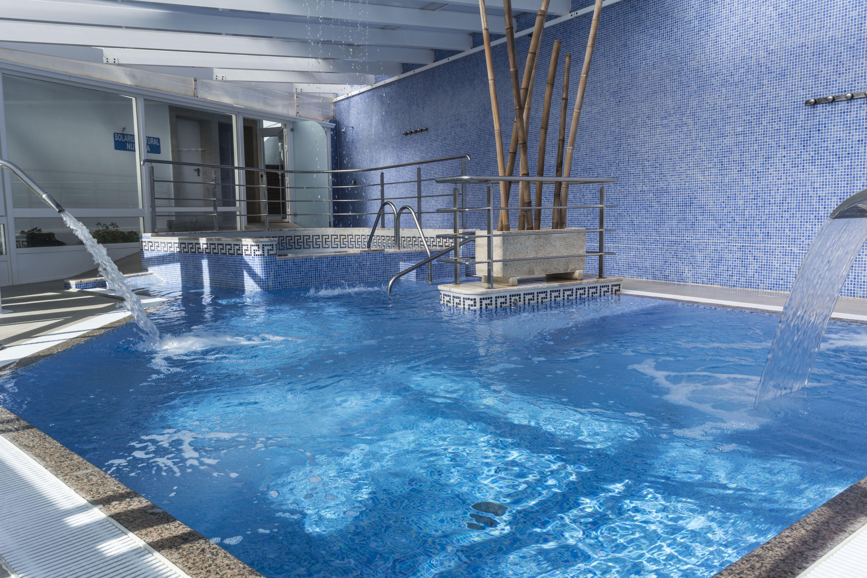 Piscina din mica spa jacuzzi camas de burbujas for Canon piscina
