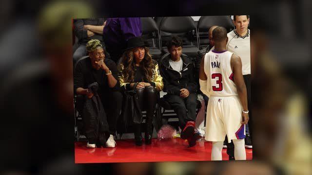 Beyoncé se cubre en un partido de los Lakers antes de tener una cita doble con Kimye