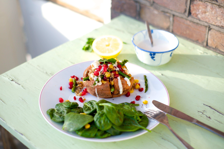 Gepofte zoete aardappel met quinoa salade en yoghurt-tahin dressing