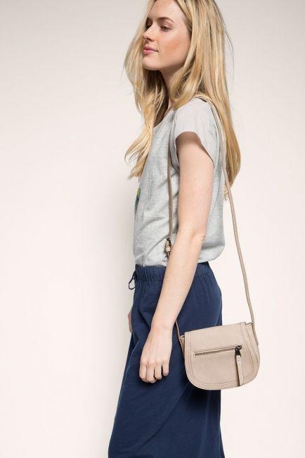 Pieni ja sievä Espritin vaalea olkalaukku on loistava kesäisiin päiviin! Laukku kulkee kätevästi mukanasi olalla ja sinne mahtuu juuri hyvin esimerkiksi lompakko ja puhelin. Esprit olkalaukku, 065EA1O010, luonnonvalkoinen