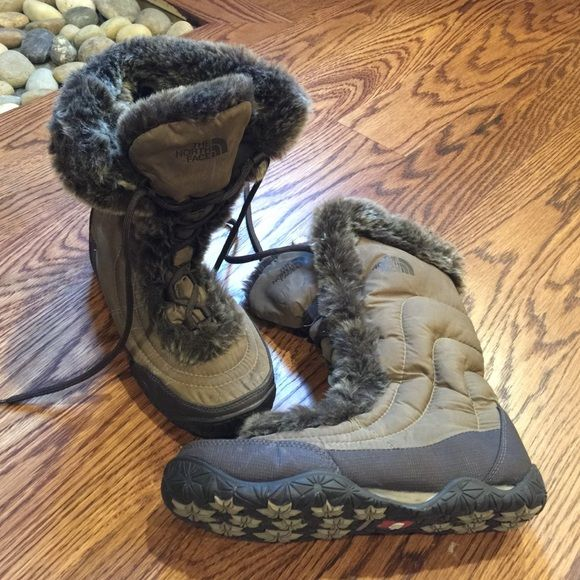 ❄️The North Face Snow Boots❄️ Excellent condition! These cuties can be styled with any outfit during the winter while keeping you warm. ❄️ Goose down and fur all around the laces and edges of the top of the boots. Size 5.5 but run a little bigger so they fit a size 6 as well or you can also wear them with thicker socks. I am a true 6 and these fit well even with socks. The North Face Shoes Winter & Rain Boots