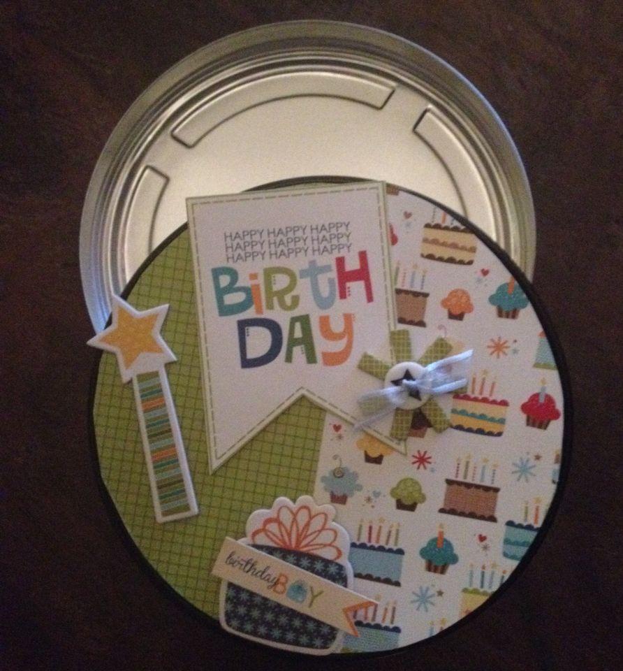 Een blik om een verjaardag cadeau in te geven.