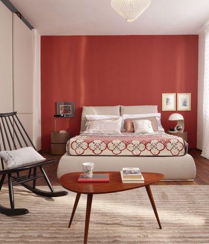 Una camera da letto con la parete dietro la testata rossa | Bedroom ...