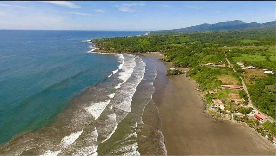 Playa las Flores a sólo 2 horas al este del aeropuerto de San Salvador.