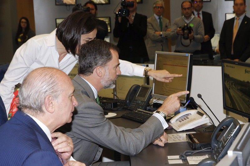 El Rey atiende a las explicaciones de la directora general de Tráfico, en presencia del ministro del Interior, durante su visita al Centro de Gestión del Tráfico. Dirección General de Tráfico. Madrid, 06.04.2015