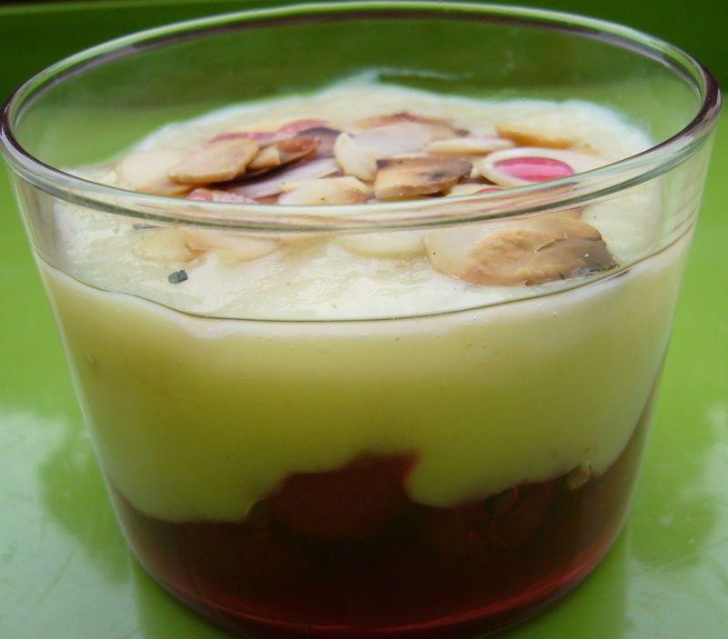 Crème vanillée, aux framboises et aux amandes grillées